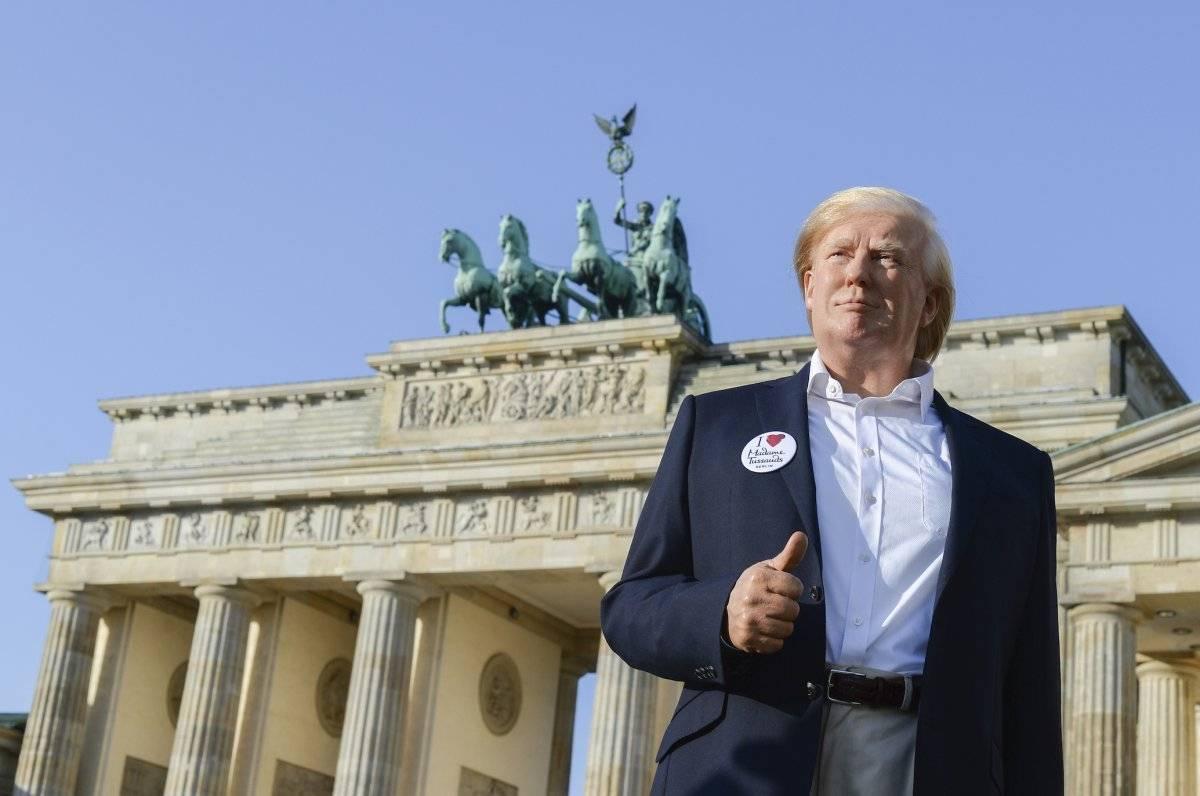 La figura sorprendió a los visitantes de la Puerta de Brandenburgo Foto: AP
