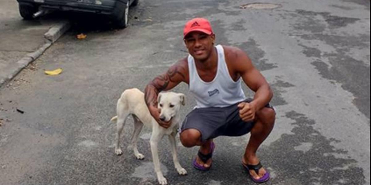 Carioca adota cachorro de rua que fez xixi em suas costas