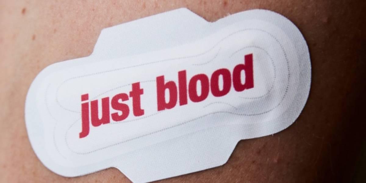 """""""Las mujeres no sangran líquido azul"""": la campaña que impacta a las redes y que busca romper el tabú sobre la menstruación"""
