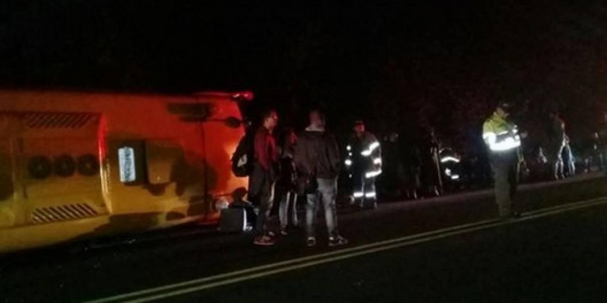 11 personas resultaron heridas tras volcamiento de bus intermunicipal