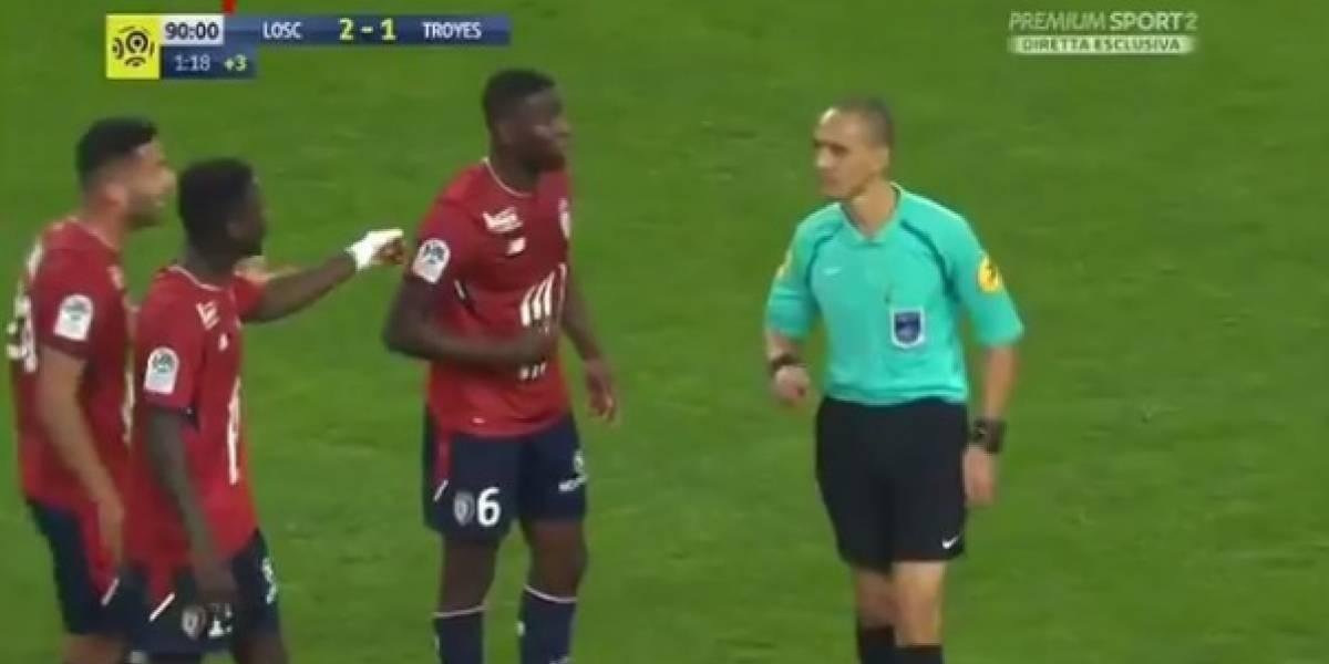 VIDEO: Árbitro comete grave error al expulsar al jugador equivocado