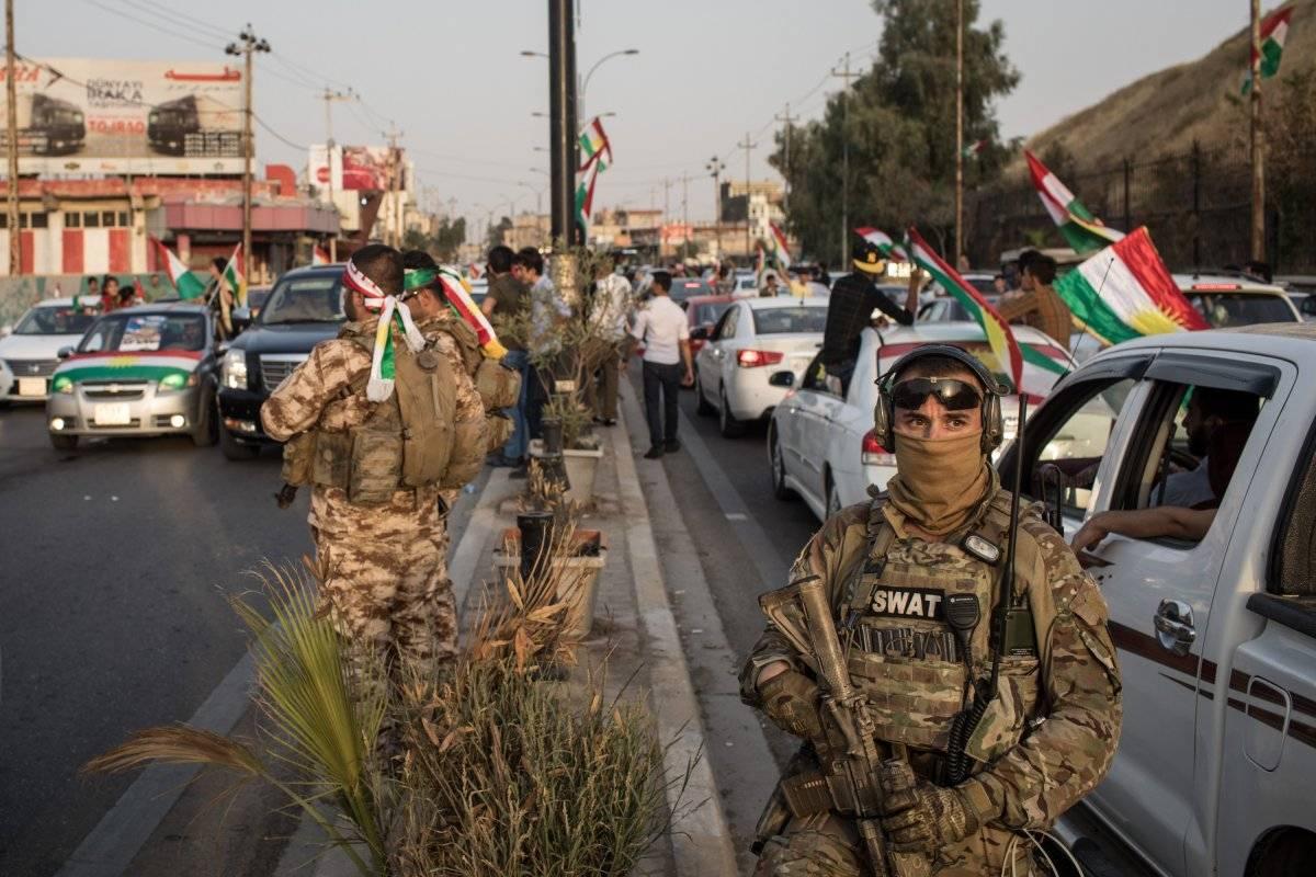 Soldados iraquíes hacen guardia a las manifestaciones kurdas el día del referendum por la independencia.