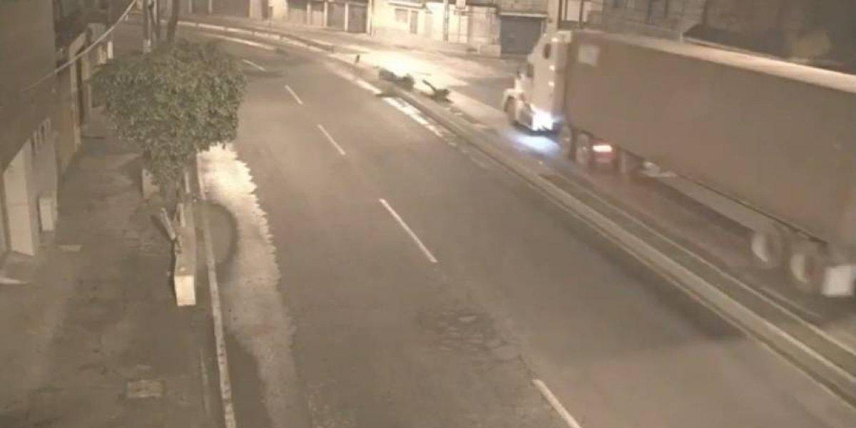 VIDEO. Motorista abandona a su compañero luego de violento accidente