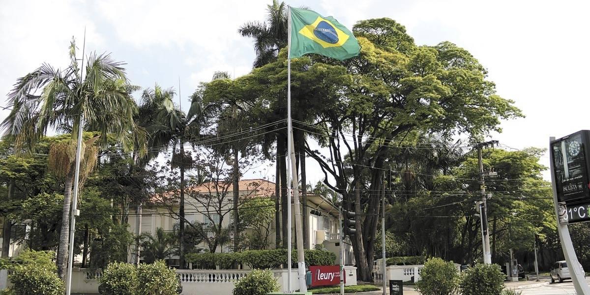 Bandeiras instaladas na avenida Brasil, em SP, estão irregulares