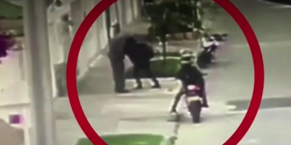 Delincuentes en moto amenazan anciano para robarle sus pertenencias en Bogotá