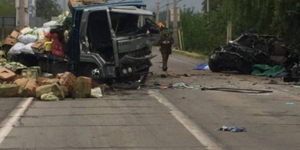 Cuatro muertos y un herido grave tras choque frontal entre camión y vehículo en Calle Larga