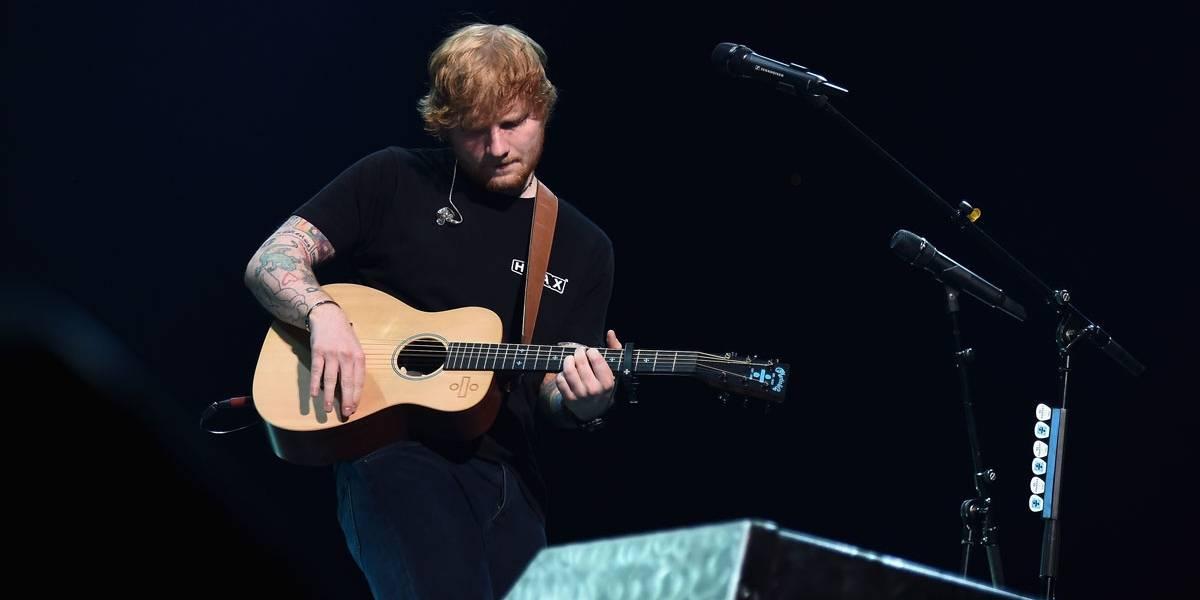 Ed Sheeran volta a fazer shows após fraturar os dois braços