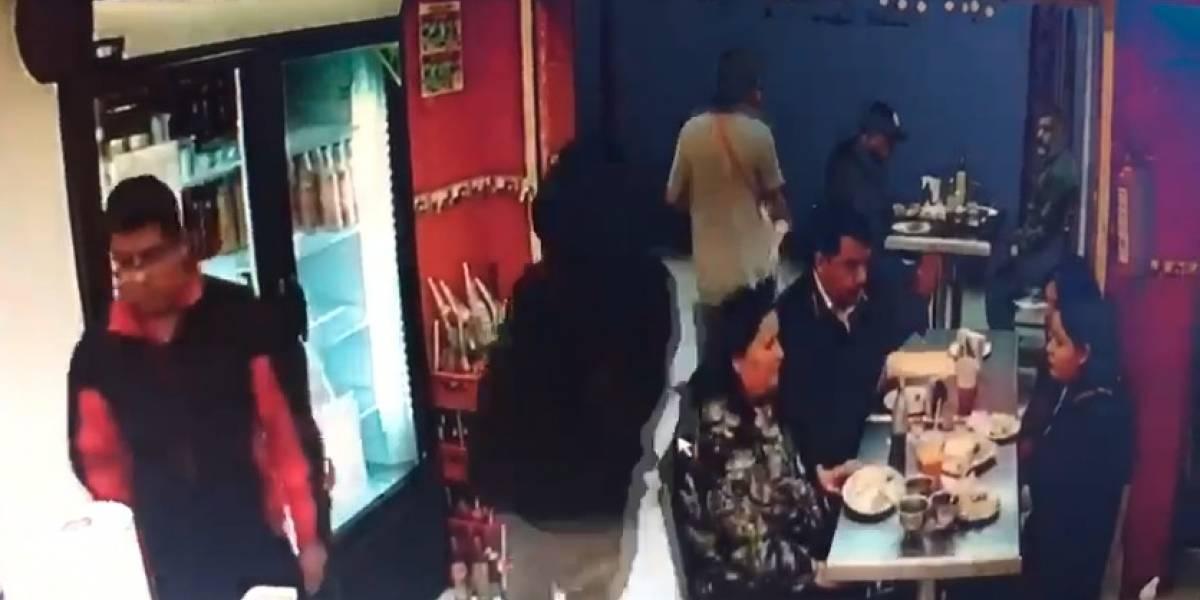 VIDEO: En menos de dos minutos asaltan a comensales de taquería en Iztacalco