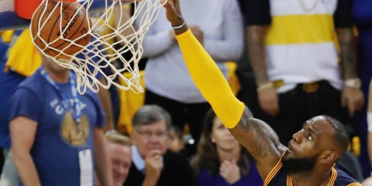 LeBron lidera triunfo inaugural de los Cavaliers