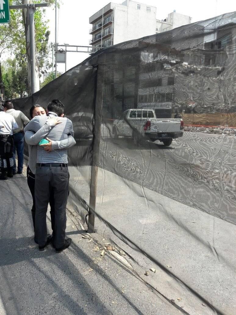 Dos personas se abrazan frente a la estructura colapsada de Álvaro Obregón 286 a un mes del sismo Foto: Daniel Flores