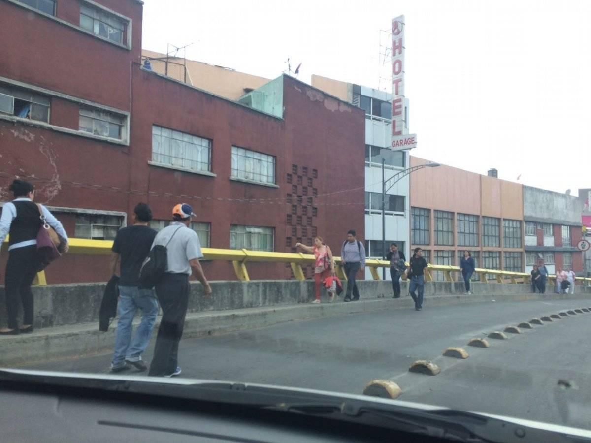 Personas bajando del puente de Eje 3 Sur y San Antonio Abad el día del sismo