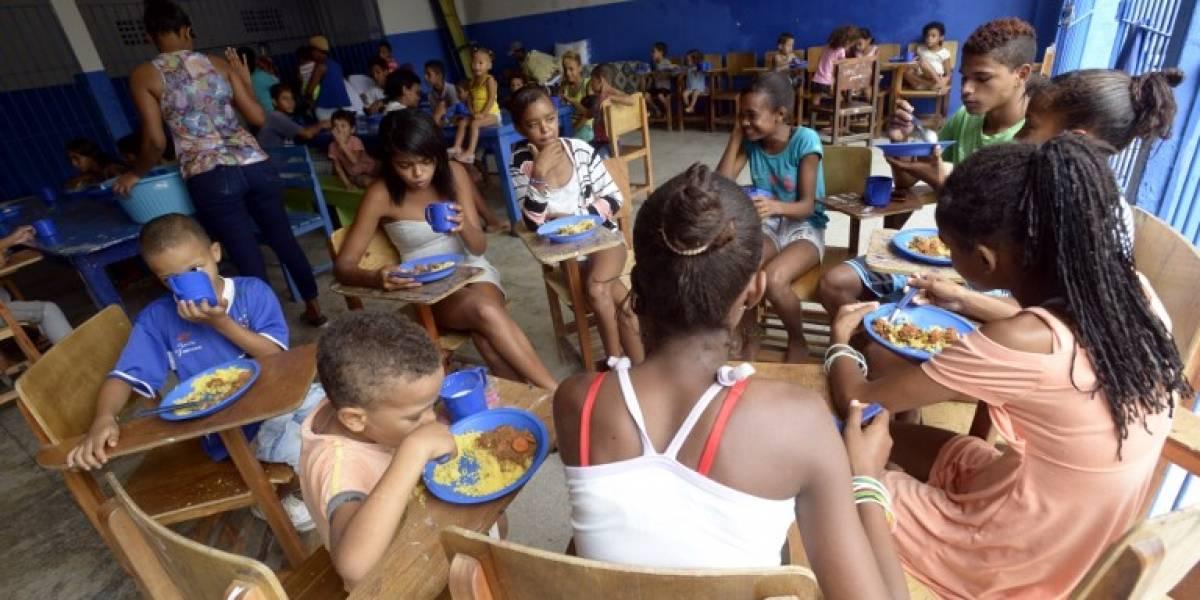 """La polémica """"comida de perro"""" que recibirán niños de escasos recursos en Brasil para combatir el hambre"""