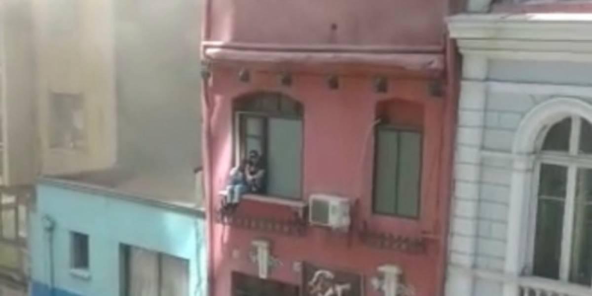 Bomberos rescata a pareja tras incendio en tradicional motel de Santiago