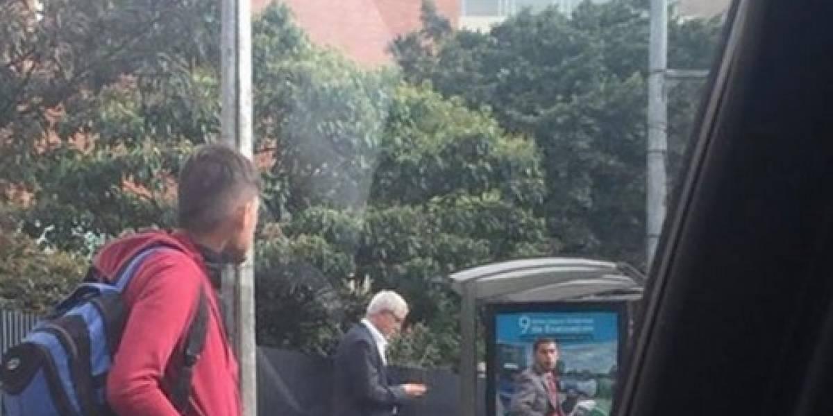 La verdadera historia de la foto donde supuestamente está Peñalosa esperando el bus