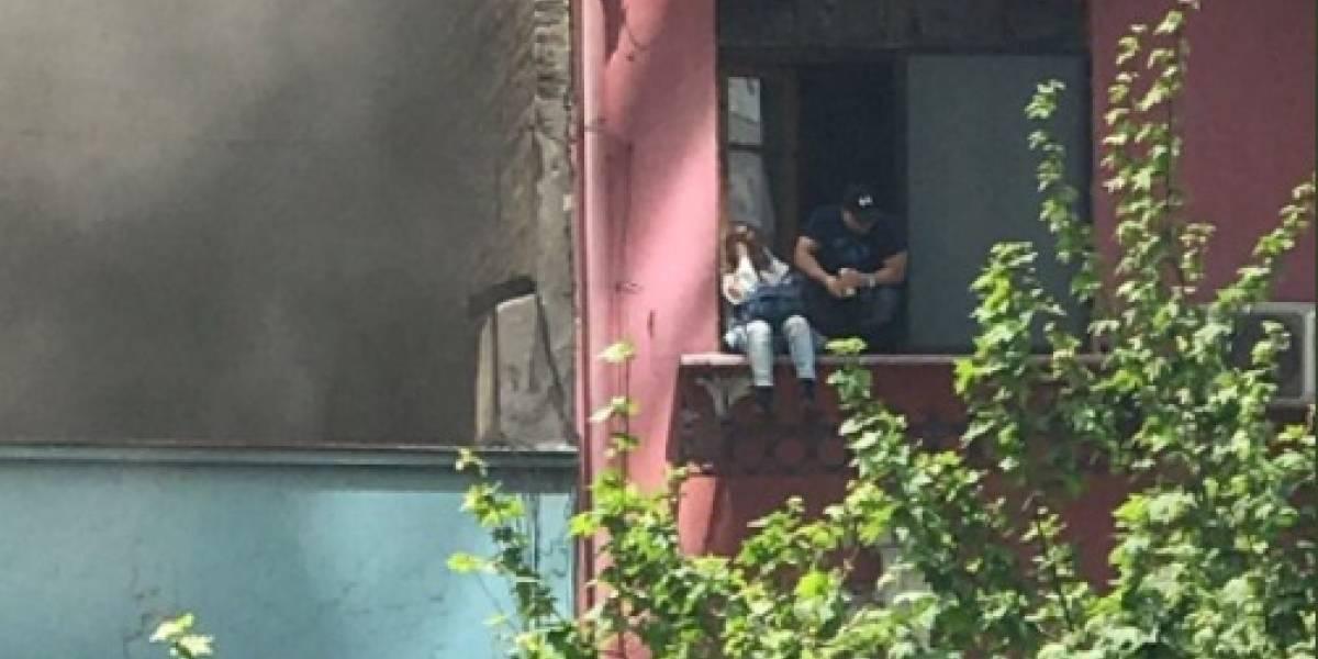 """""""El beso, el beso"""": el burlesco grito de recibimiento de la gente tras rescate de la pareja que """"ardía"""" en motel de Santiago"""