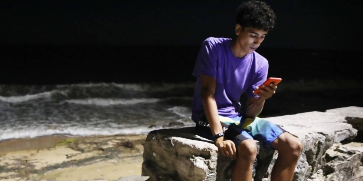 Adolescente murió electrocutado cuando cargaba su celular