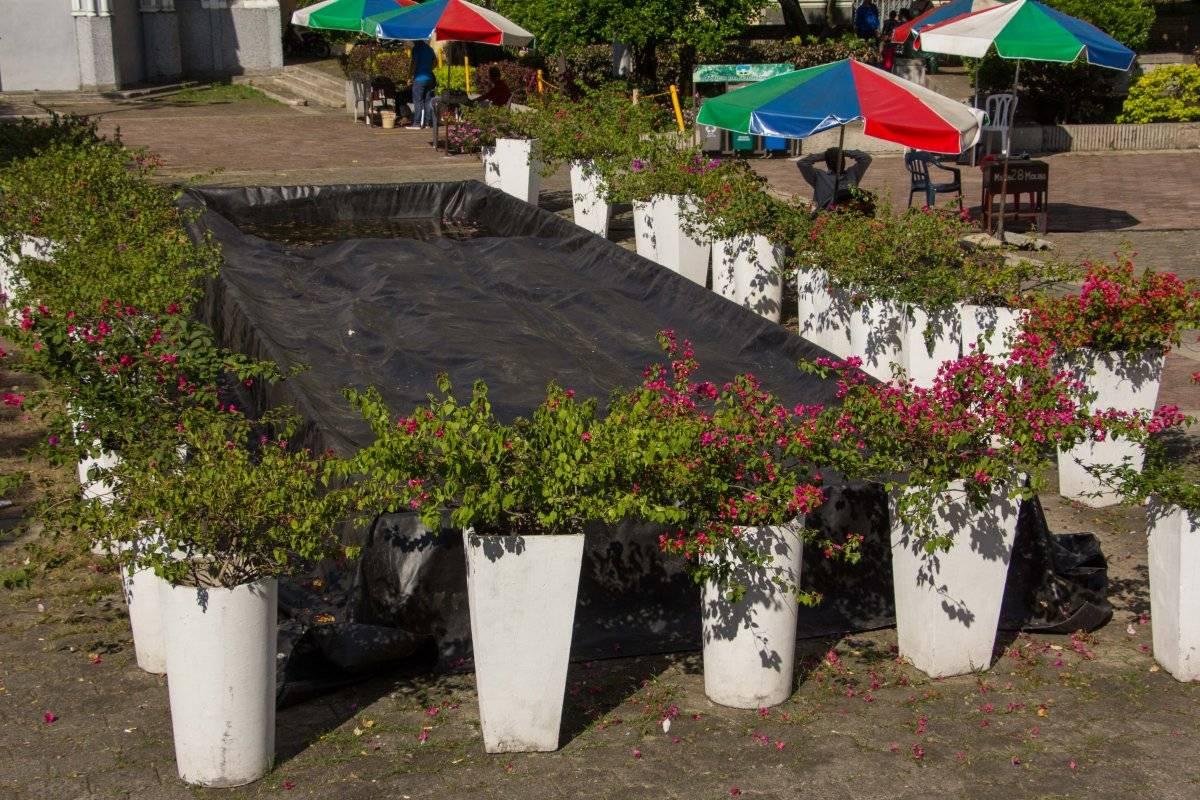 La fuente que al Municipio le costó cerca de 800 millones de pesos y que iba a adornar el Parque de las Banderas terminó archivada y sin funcionar. Para darle un toque estético la rodearon de materas… ¿qué pasó con la inversión? Foto: Hroy Chávez