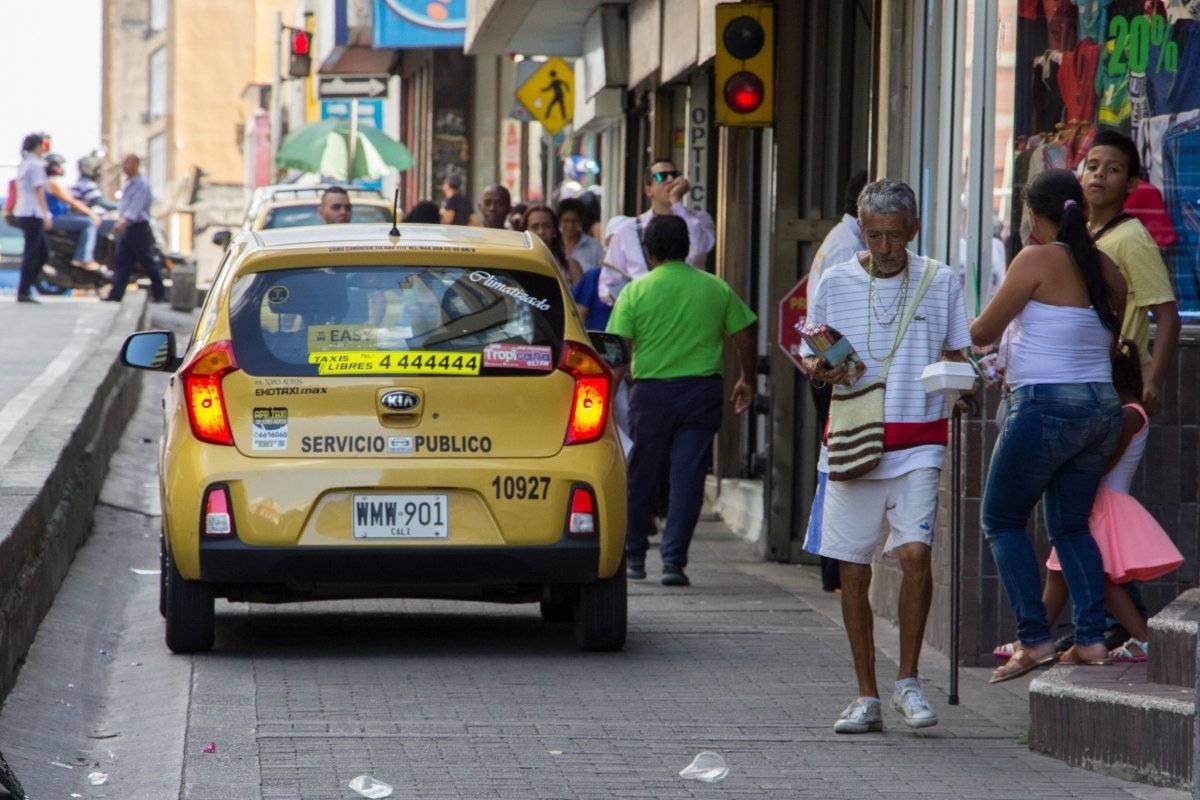 El espacio que transcurre paralelo a la troncal del MIO de la Calle 13 confunde con su funcionalidad: ¿andén, calle o vía mixta? Por allí deben circular, sin diferencia, vehículos y peatones. El peligro es inminente. Foto: Hroy Chávez