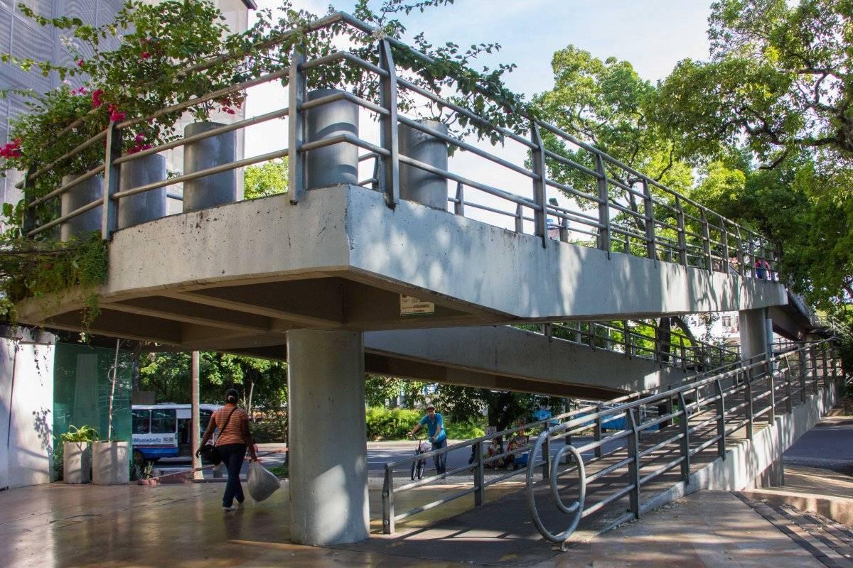 Cali tiene dos 'puentes milagrosos' que en un extremo tienen rampa para el acceso de personas con movilidad reducida o en bicicleta, pero al otro lado solo ofrecen la posibilidad de descender por escalera. Este se encuentra cerca del CAM. Foto: Hroy Chávez
