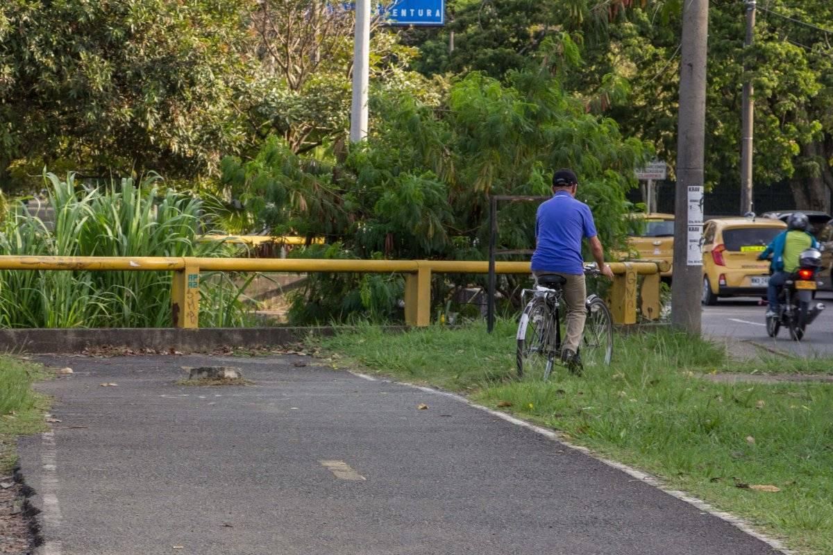 Esta ciclorruta ubicada sobre la Avenida Pasoancho se interrumpe por la baranda del puente y vuelve a aparecer al lado opuesto de la misma forma