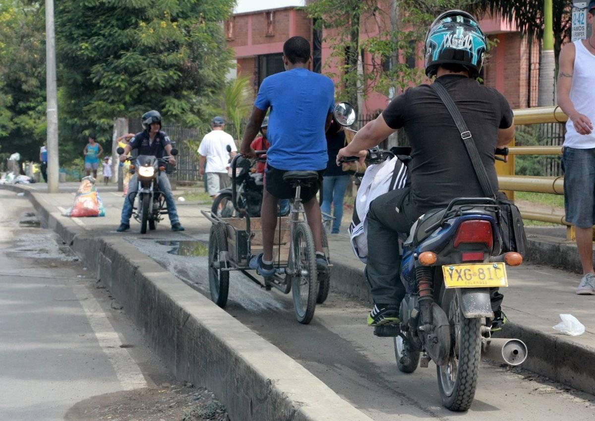Este paso construido inicialmente para bicicletas le sirve también a las motos y a los peatones. Está ubicado en la troncal de Aguablanca y su error se hace más notorio cuando avanza el trayecto, pues a 500 metros del puente se amplía considerablemente el carril. Foto: Hroy Chávez