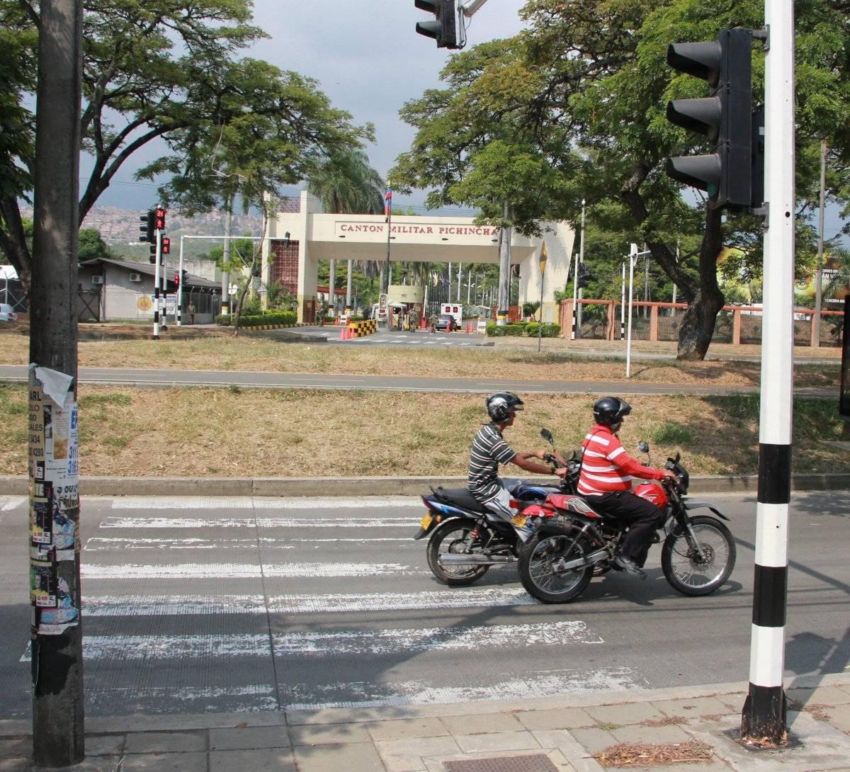 ¿A qué lugar conduce esta cebra, a un separador? Estos trayectos marcados deberían llevar a un sendero para que los peatones continúen el camino sin que se interrumpa con desniveles. Foto: Hroy Chávez