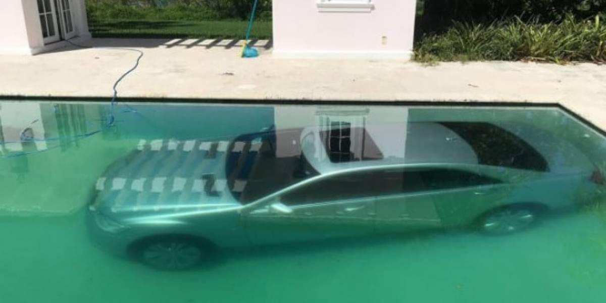 Foto carro en el fondo de piscina