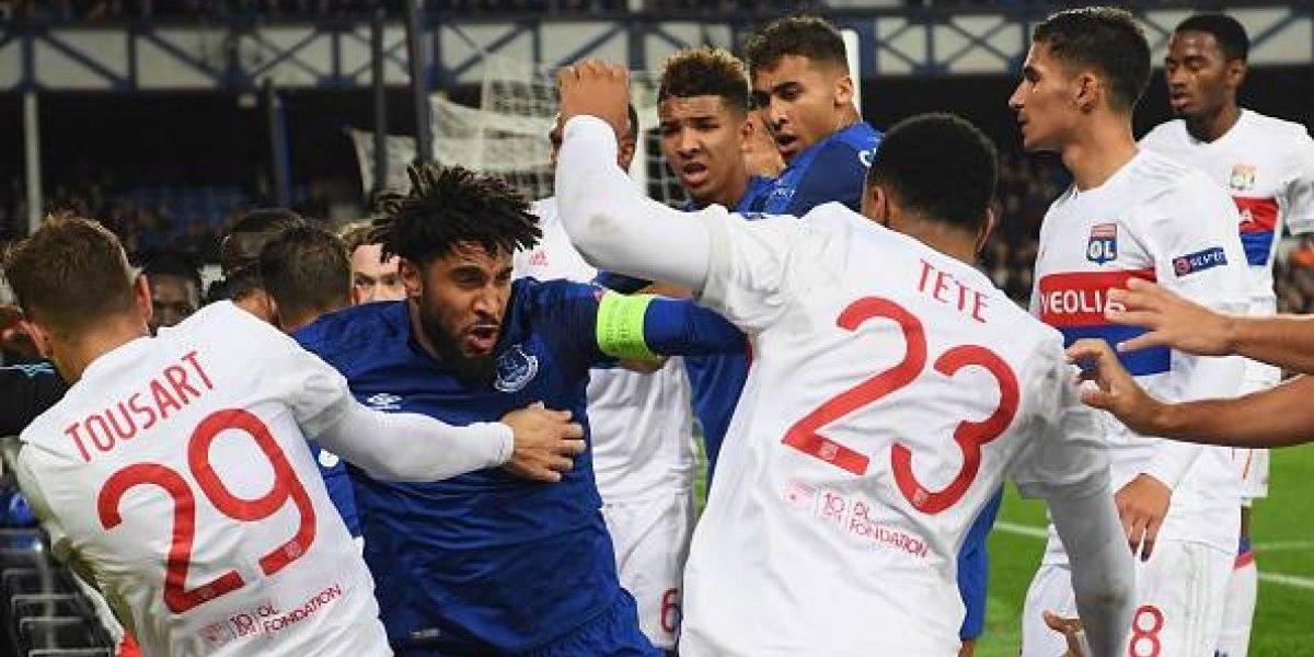 Los jugadores de Everton y Lyon se pelearon y hasta un hincha con su hijo en brazos tiró un manotazo