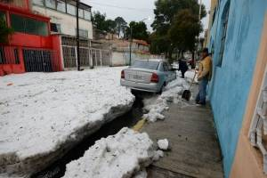 FOTOS: Granizada deja capa de 20 centímetros de hielo en calles de Toluca