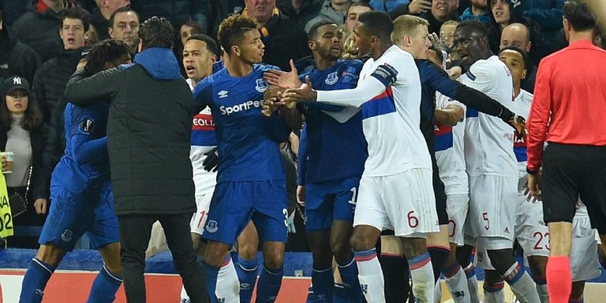 Everton suspende de por vida a hincha que golpeó a jugadores del Lyon con su hijo en brazos