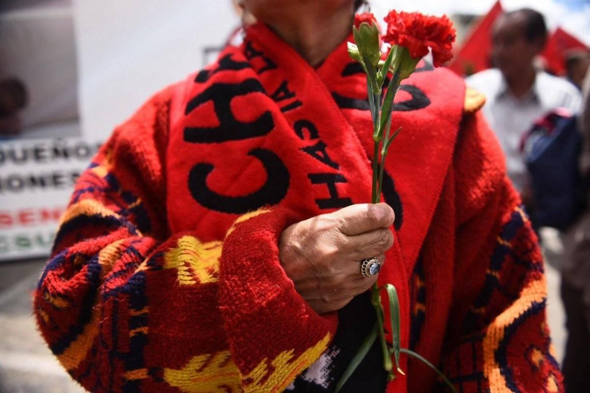 Con claveles rojos, una mujer participó en la marcha por el Día de la Revolución. Oliver de Ros