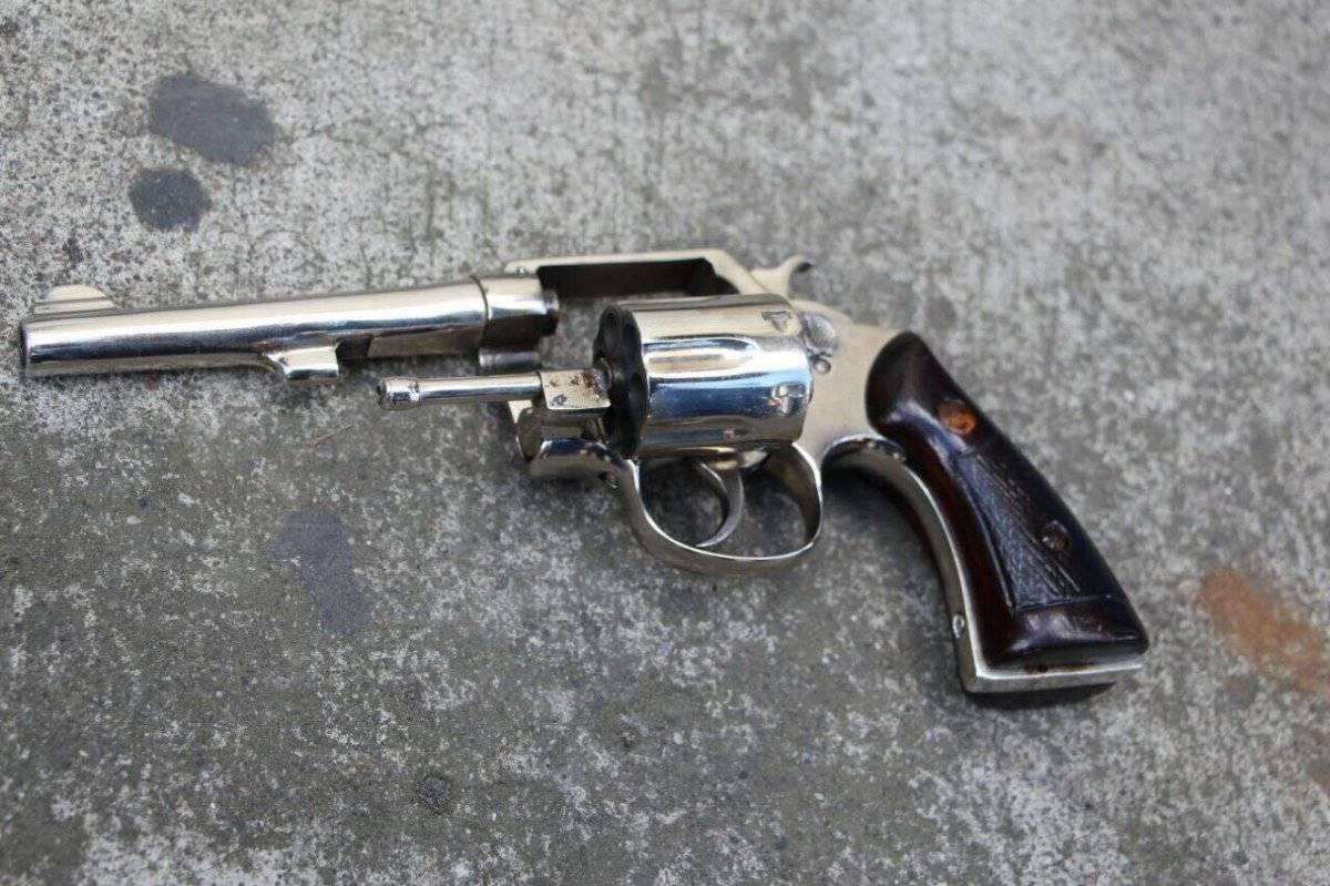 Revolver que encontraron en el vehículo robado