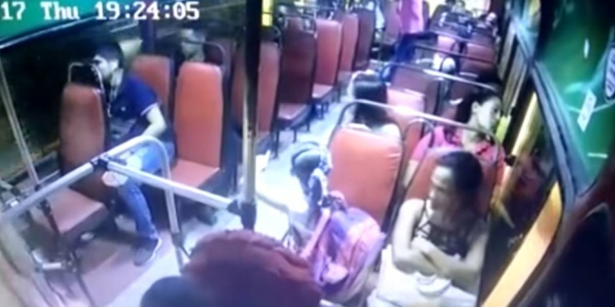 Ladrón roba a madre de una niña que entra en pánico en un bus