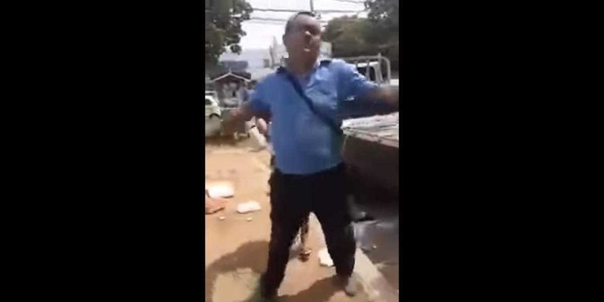 ¡Qué triste! La furia de un vendedor ambulante que fue desalojado por la Policía