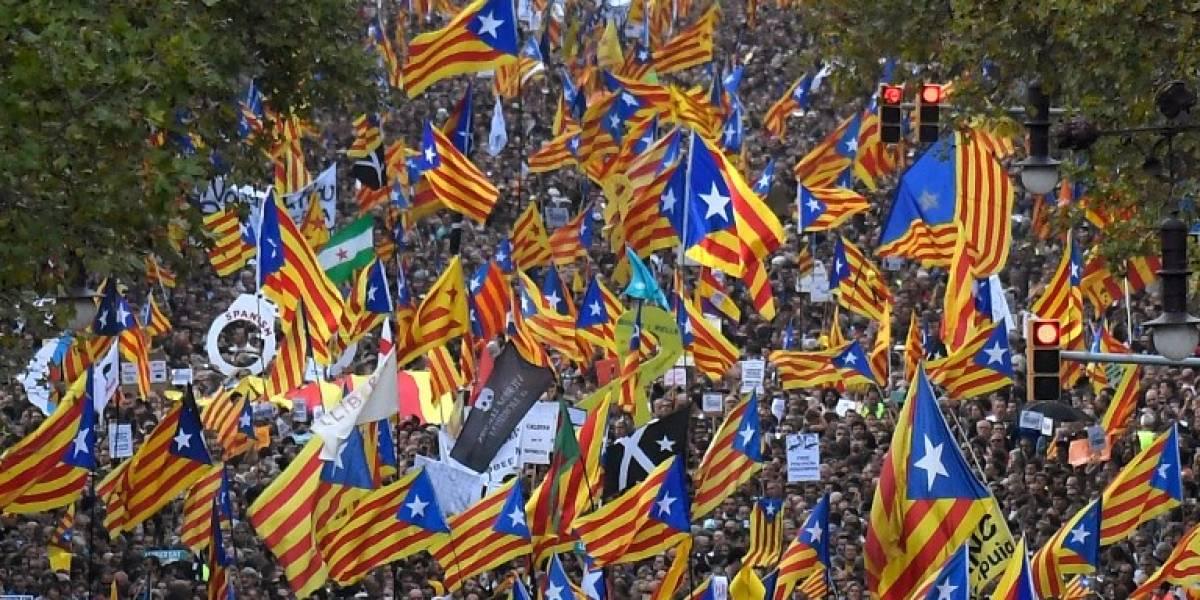 Más de 450 mil personas se toman las calles de Cataluña para manifestarse contra gobierno español tras cese de Puigdemont