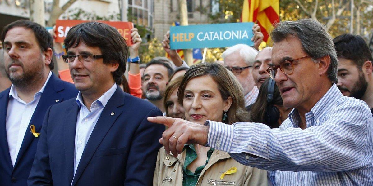 Miles de personas protestan en Cataluña contra el Gobierno español