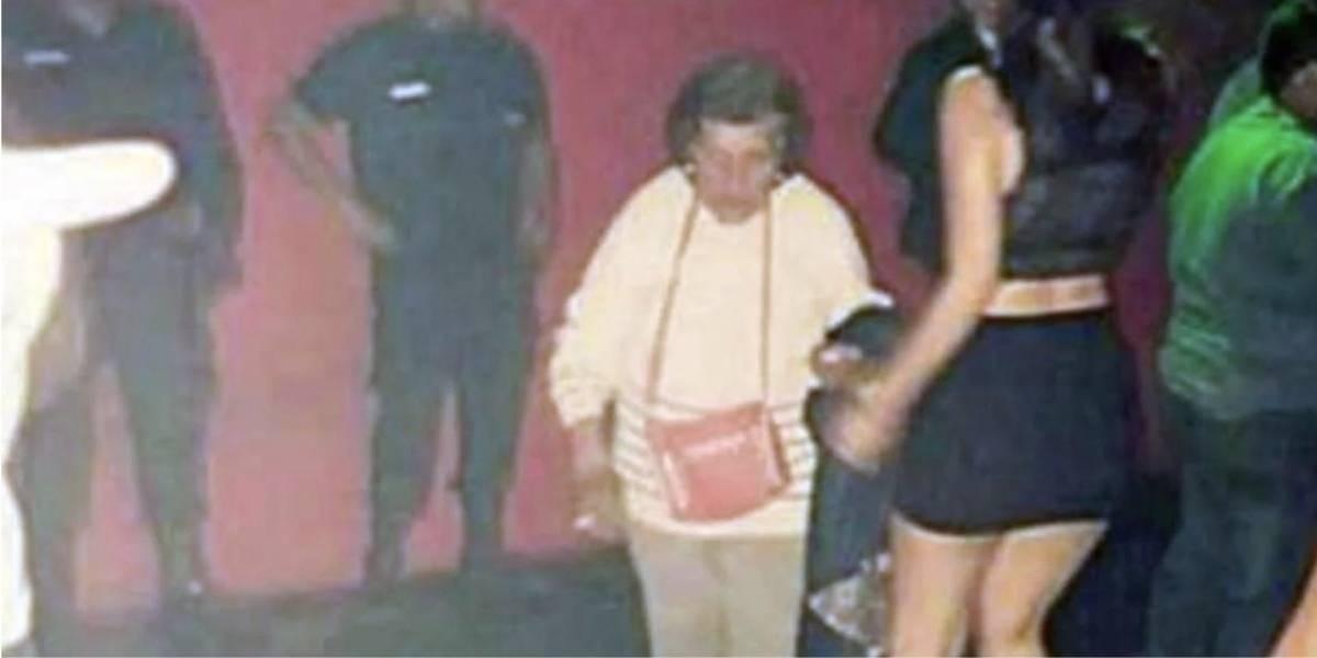 Abuela saca a su nieta de la discoteca para que vaya a cuidar a su bebé