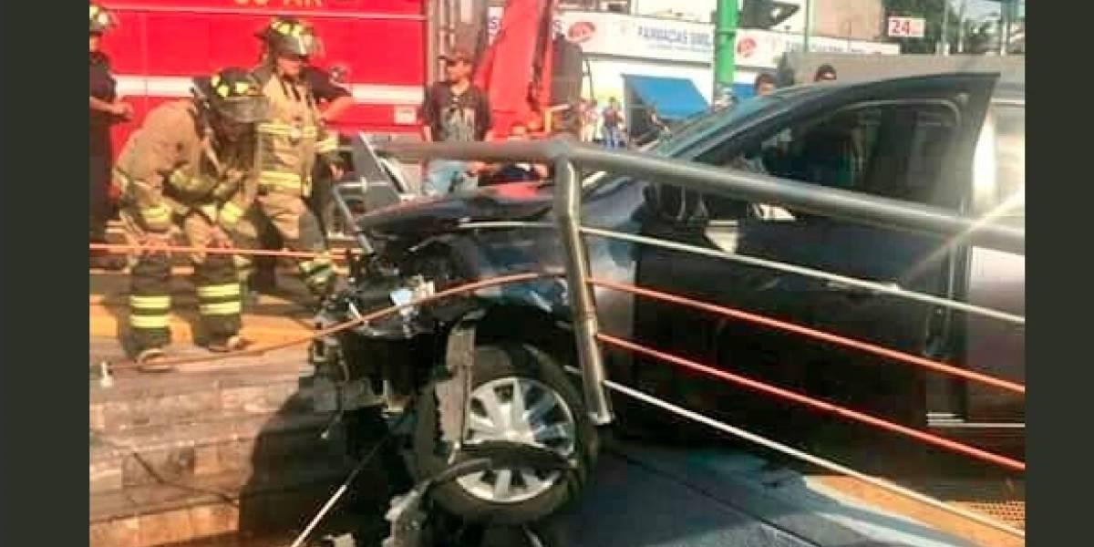 VIDEO: Automovilista choca y casi se mete con coche al Metro Doctores