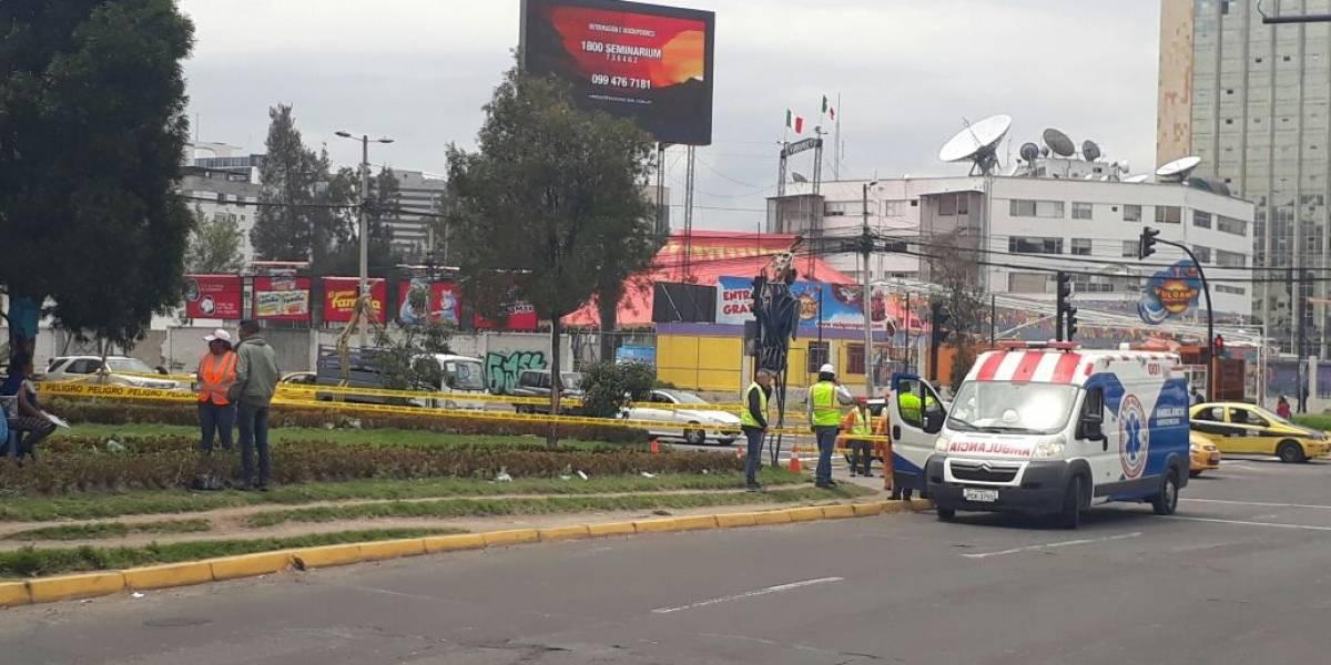 Corto circuito provocó incendio de un poste en Quito