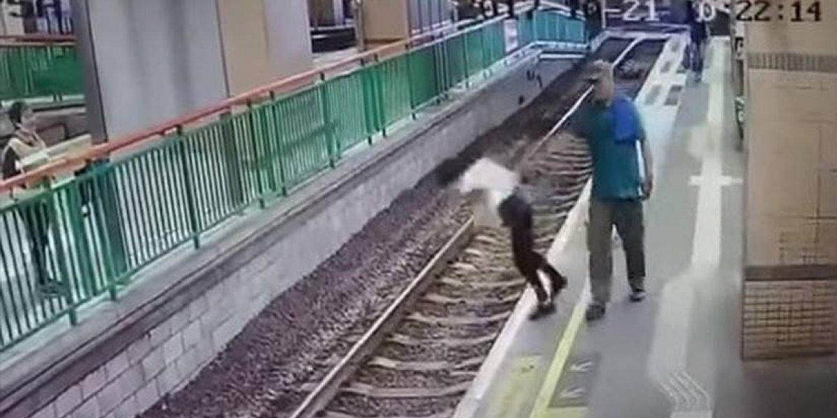 Hombre empujó a mujer a las vías del tren, ante la vista de todos