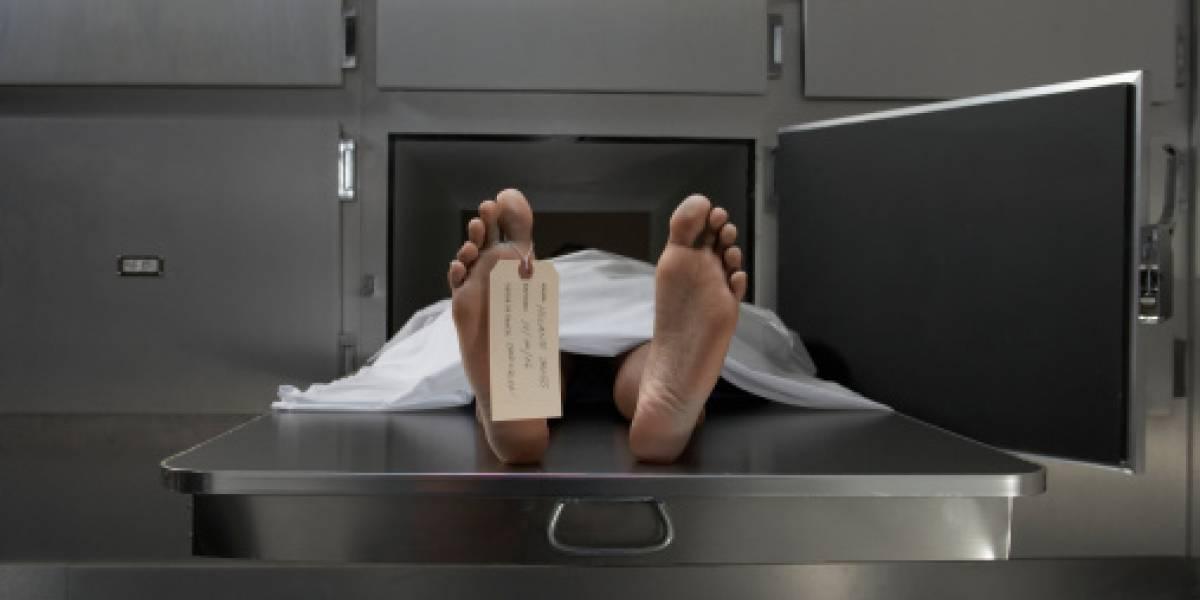 Hombre sorprende a enfermero abusando de su esposa recién fallecida