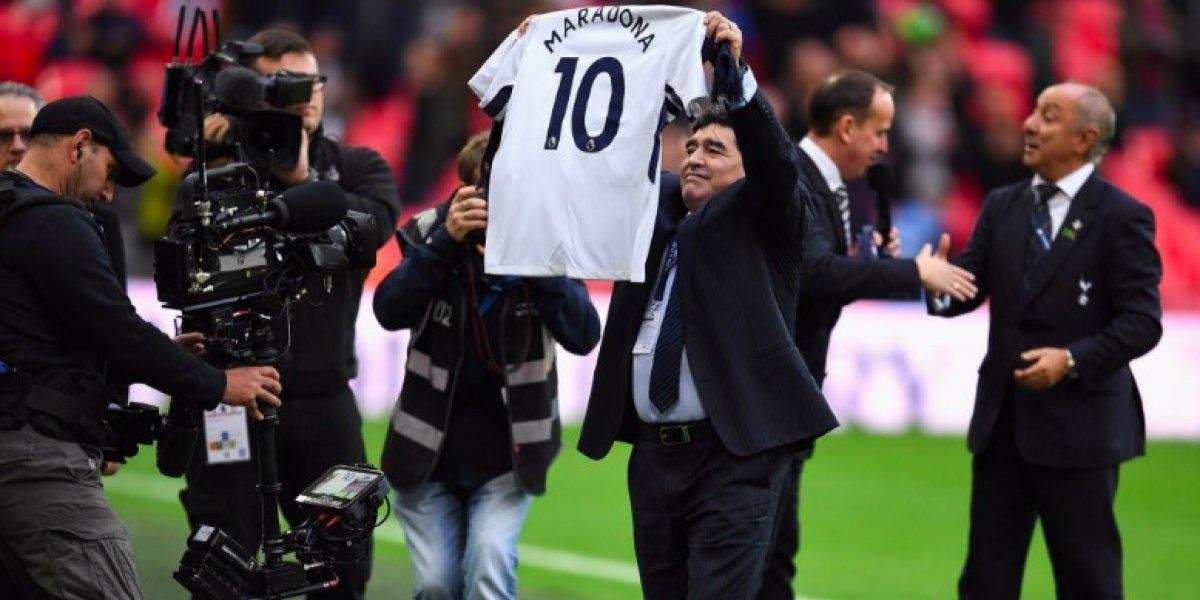 Maradona asiste al Tottenham vs. Liverpool y recibe camiseta con su nombre