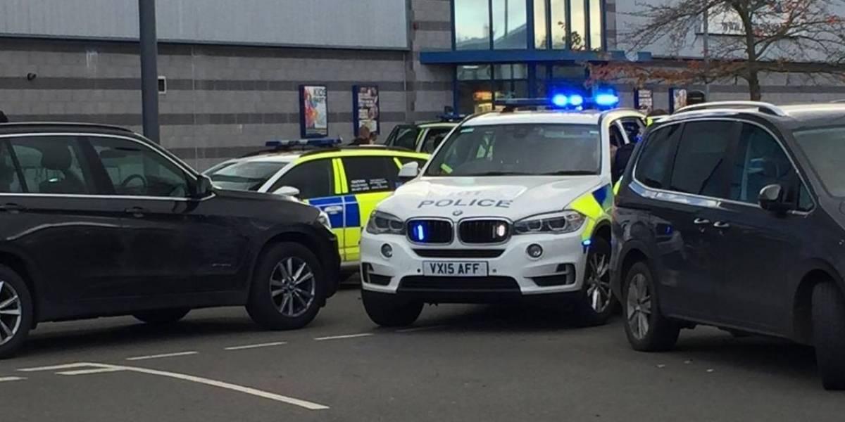 Arrestan a sujeto armado que tomó rehenes en Inglaterra tras horas de tensión