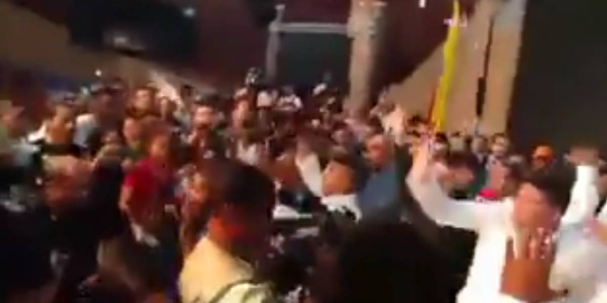 """#Video: Universitarios sacaron a golpes a políticos """"por corruptos"""""""