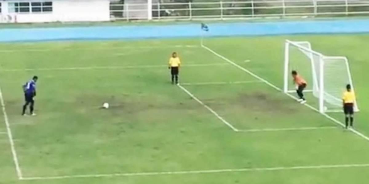 """""""Nunca celebres demasiado antes"""": el video con el gol de penal más alucinante de la historia que asombra a la web"""