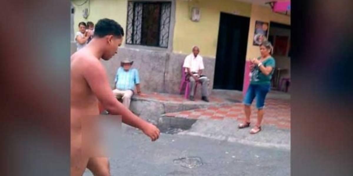 Cansados de los robos, pasajeros de un bus detienen a ladrón y lo desnudan