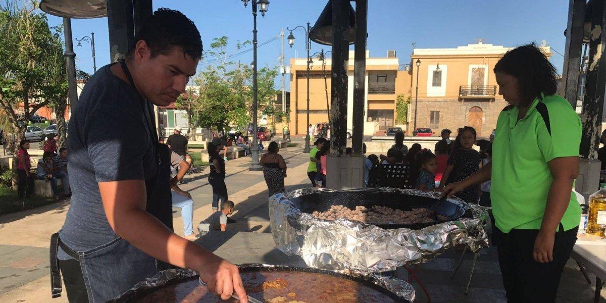 Reparten comida caliente y ropa en la plaza de Toa Baja