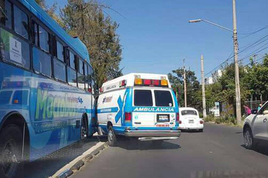 Choca Macrobús contra ambulancia, dos heridos