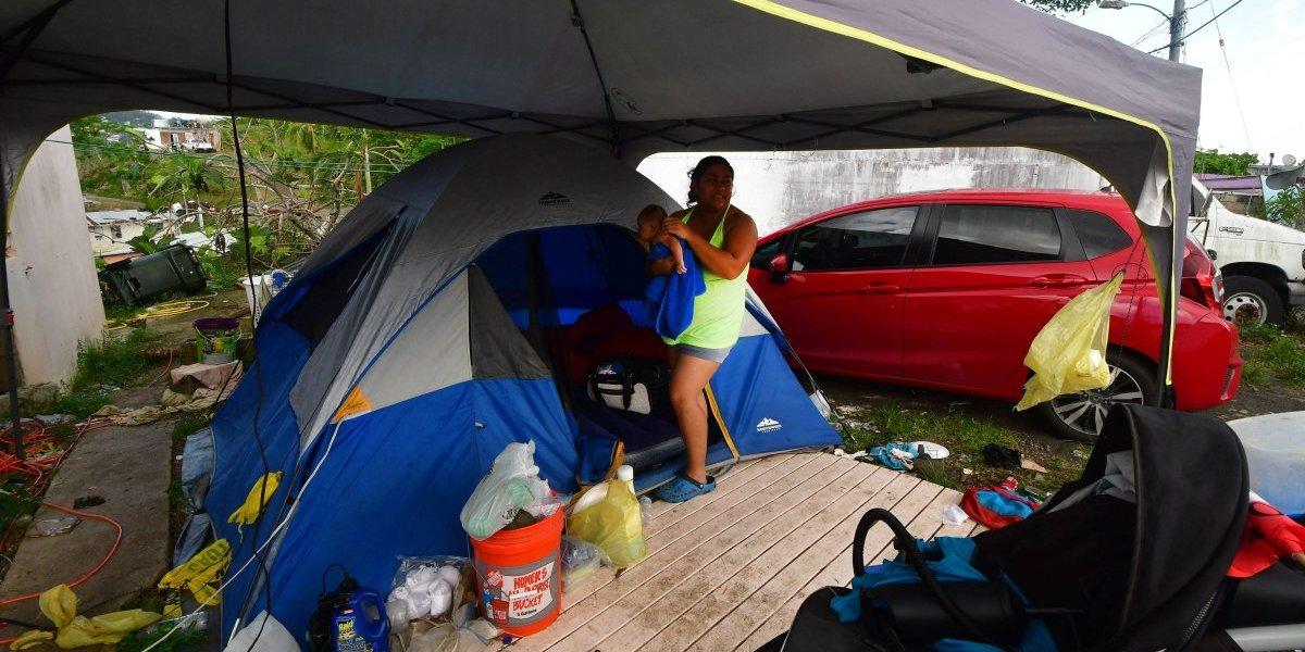 Pareja vive con bebé en caseta de acampar tras huracán