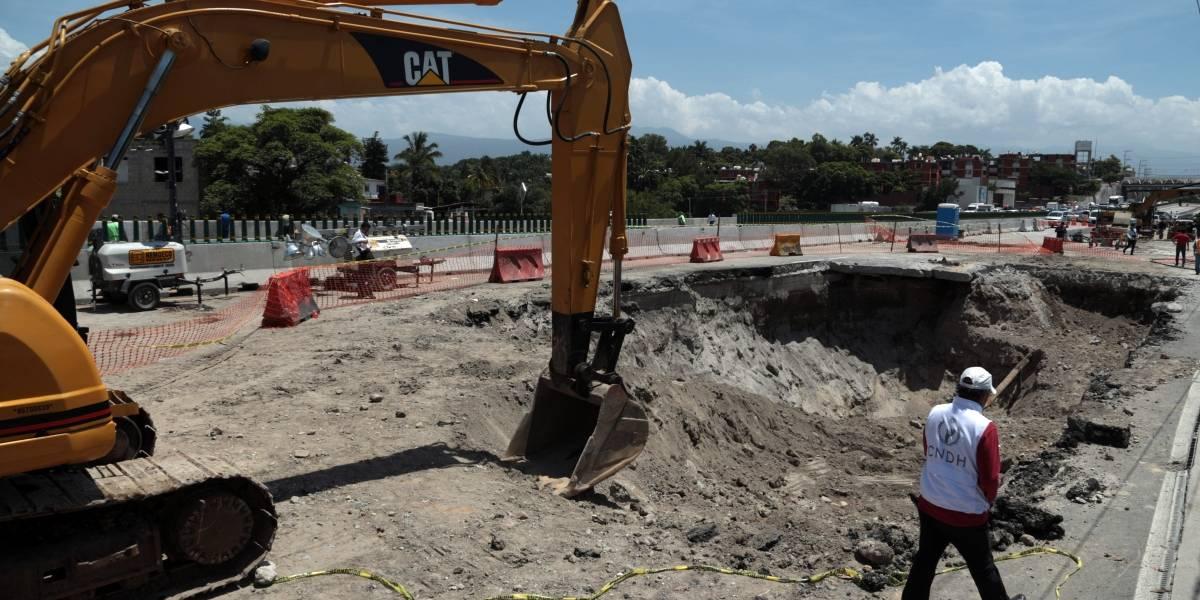 Cubren socavón y reabren carriles del Paso Exprés de Cuernavaca